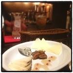 バル リフレイン - チーズ盛り合わせ。 スペインバル。 平日から混んでる。