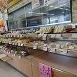 デイリーヤマザキ - お店の奥にベーカリーがあります。