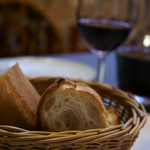 ビストロ プペ - 1)バケットと赤ワイン・カラフェ