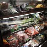 肉の丸小 - 野菜類も販売してました