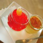 20128451 - 「ハスカップと木苺のジュレ」(左)と「てんさいプリン」(右)