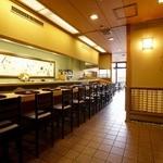 京料理 竹島 ICHIGO - カウンター席に加え、奥にはテーブル席や個室として利用できる座敷がある