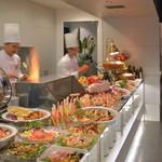フィオーレ - ライブキッチンに並ぶ豪快なグリル料理の数々。焼き立てパンや茹で上げパスタ、豊富なフルーツ&スイーツなど60種類のお料理をご用意いたします