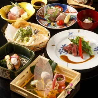 季節の味覚が堪能できる、華やかなコース料理をご堪能ください