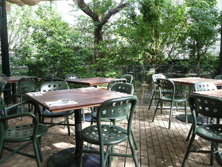 ガーデンハウス レストラン - 木々に囲まれているので涼しいテラス席です
