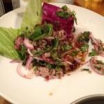 コカレストラン&マンゴツリーカフェ - 美味なるタイ料理のひとつ、ラープムー。キャベツの葉に包んで食べるのが流儀です。