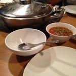 コカレストラン&マンゴツリーカフェ - 右上の赤唐辛子色のペーストをかけて鍋料理をいただきます。