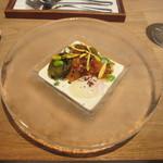 シャントレル - タスマニア産サーモンの瞬間燻製、温泉卵、茄子、ロックフォールのソース