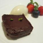 シャントレル - マダガスカル産チョコのテリーヌ、ベルベーヌのアイス添え