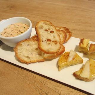 シャントレル - 料理写真:サーモンのリエット、フォアグラのラスク、玉ねぎのオムレツ