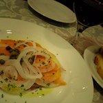 トラットリア カロ - サーモンとワインも注文しました。ガーリックトーストもあります。