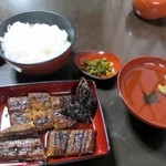 うなぎの内村屋 - 暫く待つと香ばしい香りと共に鰻定食(並)1995円が運ばれてきました。