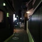 ヴォーカル - 住宅街の奥左に白く光る看板が