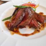 アン ファミーユ - 道産牛サガリ肉のロースト 粒マスタードのソース
