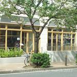 セントル ザ・ベーカリー - お店の前は桜並木。