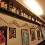 伴ノ字 - こじんまりした店内はボトルが並んでいる