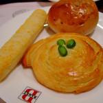 バケット - ブルーベリーロール(奥)、チーズロング(左)、枝豆トーストロール(右)