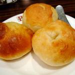 バケット - めろんパン(奥)、ミルクロール(左)、シュガーロール(右)