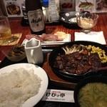 けむっ亭 - ハラミステーキ定食(手前)と炙り霜降り和牛握り(奥)