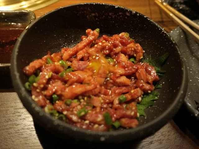 焼肉鍋問屋 志方 - 肉はトロリと脂の旨味がありながらハリがあって美味しく 自分はそれ程ユッケ狂ではありませんが、安全性さえ担保出来れば美味しく そして焼くことで失われるビタミン類も摂ることが出来るのでそこは良い感じ!