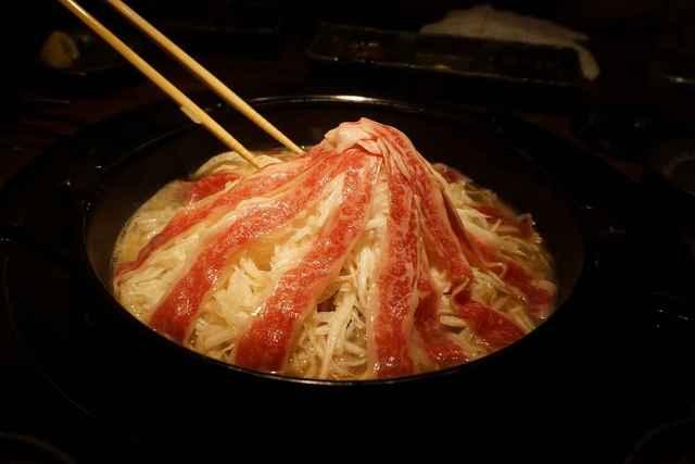 焼肉鍋問屋 志方 - 火が通って肉と大根のタワーが崩れそうになった頃に店員様の手で大根と肉を綺麗に崩し