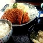 とんかつ太郎 - ロースかつ定食950円。