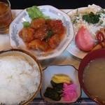 金曜日 - 鶏唐揚チリソースと春巻¥800