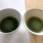 上林春松本店 - 向かって左側:伊藤久右衛門抹茶:右側が上林春松抹茶はキメ細かく泡立っています♪