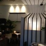 デュ・ヴァン・ハッシシ - 店内は暗いですが、店内にあるアクセントの光と影が綺麗。