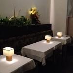 デュ・ヴァン・ハッシシ - 暗い照明ですが、テーブル上のスタンドライトが料理を明るく照らしてくれます