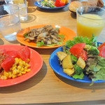 20173765 - サラダ、スープ、飲み物は、バイキング。