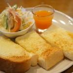 モンシェル トン トン - アーモンドトーストとサラダ、オレンジゼリーの皿