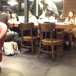 スターバックスコーヒー - 2013/07 来週から近くの大学では試験なのか、店内は大学生が9割以上…自習室となっているのだ。だから、ソファ席の方が人気がないのだ