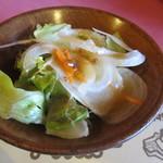 ハイポー - 注文が決まると最初にランチのミニサラダが届きました、レタスの上にオニオンスライスとドレッシングの乗った野菜サラダです。