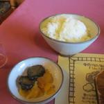 ハイポー - サイドメニューはご飯とお漬物、これをお箸でハンバーグと一緒に頂きます。
