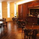 喫茶フェリーチェ - カウンター側の希少な虎柄マホガニー壁が更に高級感を引き立てます