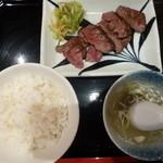 牛たん焼き仙台 辺見 - 厚切りたん焼き定食(麦飯・浅漬け・テールスープ付)(1,380円)