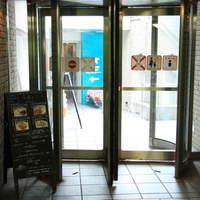 トーキョーピープルズカフェ - 駒沢大学駅東口の回転扉の向こうにカフェがあります。