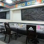 剣閣 - 中華風な装飾が施された店内様子 禁煙。