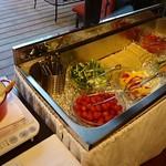 ベジテーブル - バーニャカウダスープと12種類の野菜が並べられています