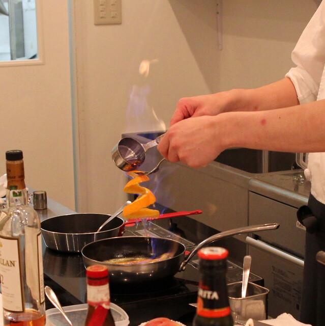 アトリエコータ - オレンジの皮に上から、火をつけたコニャックをかけてます (2013/07)