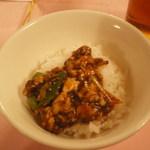 赤坂 四川飯店 - 牛筋入りの陳麻婆豆腐を、ご飯にかけた様子です。