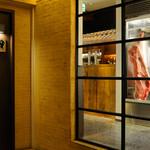 ビストロ 熟肉 - 入り口から見える熟成庫