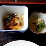 三楽園 - 小鉢と漬け物