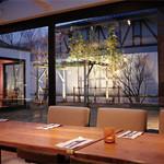ネルソンの庭 - 夜はライトアップされたお庭を眺めることができます