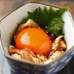 鳥響 - 京赤地鶏のあぶりササミのユッケ。680円。朝引きなので新鮮です!