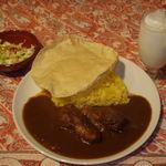 インドラ - 料理写真:ランチタイム:本日のお勧めセットの例(左からミニサラダ、チキンカレーライスパパド付き、ラッシー)850円