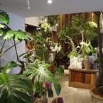 レ・グラン・ザルブル - 1階の花屋さん