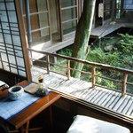 京亭 - お休み処のような机もあります。