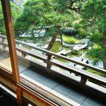 京亭 - 欄干の下に庭園